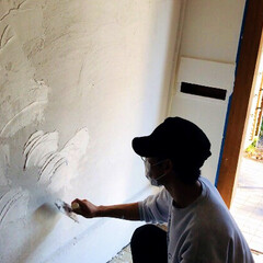 リノベーション/中古物件/漆喰/玄関/セルフリノベーション/DIY/... 隣の壁と左右対象になるように、左官コテで…