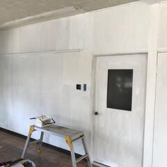 リノベーション/ペイント/塗装/ホワイト/セルフリノベーション/DIY 反対側の壁も同時進行でペイント。 htt…