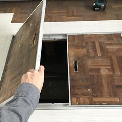 フロアパネル/モノトーン/セルフリノベーション/床材/ホワイトオーク/インテリア/... キッチン前の床下収納部分もカッターで調整…