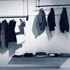 男前/男前インテリア/壁掛けシェルフ/ワトコオイル/壁掛け/セルフリノベーション/... 洋服を置いて壁掛け棚の完成です。 アイア…