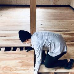 セルフリノベーション/リノベーション/中古物件/床張り替え/和室から洋室/和室リノベーション/... 床の下地になる針葉樹合板を敷き詰めます。…