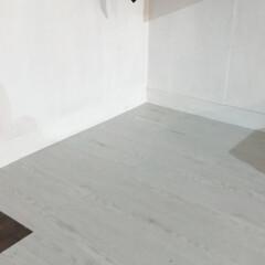 ホワイトオーク/床材/セルフリノベーション/モノトーン/フロアパネル/インテリア/... 端の方は最後にフロアパネルをカッターで切…