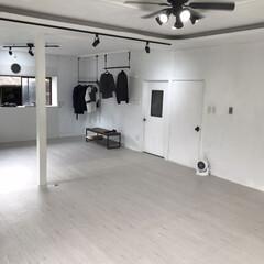 シーリングファンライト/ダクトレール/白い家/モノトーン/インテリア/DIY かなりいい感じに仕上がってきました。白い…
