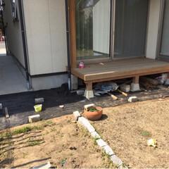 庭づくり/防草シート/ガーデニング/DIY/建築 家の周りを砂利敷きにDIY。 1.地面を…