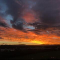 景色/空/夕焼け ある日の夕焼け🌇  燃えるようなオレンジ…(2枚目)