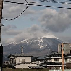 冬景色/山/雪 寒風を届ける近所の山、凍る地面。