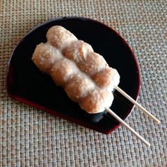 クルミ/だんご/おうちカフェ/和菓子 本日のこびる  クルミのだんご。
