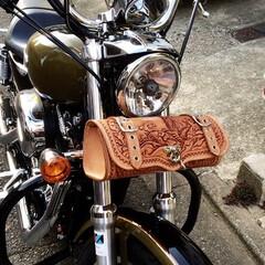 バイク/ルナティックホワイトレザー/カービングレザー/ハーレーダビッドソン 波乗り観音像を彫り込んだツールバック