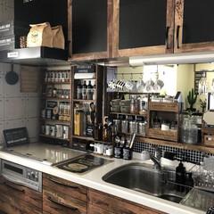 キッチン大改造/男前/リメイクシート/ダイソー/キッチン/カフェ風/... 真っ白だった収納の棚の扉と引き出しに、ダ…