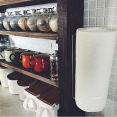 キッチンペーパーホルダー/キッチンペーパー収納/台所/キッチン/DIY/キッチン雑貨 キッチンのDIYした棚の横に、キッチンペ…