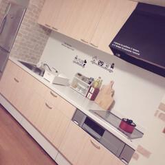 木目調/レンガ風/リメイクシート/インテリア/セリア/キッチン/... 我が家のキッチン扉はなんと全てセリアのリ…