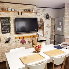 スリーコインズ/DIY/壁掛けテレビ/レンガ柄/レンガ風/カフェ風インテリア/... カフェ風にこだわったキッチンをつくりまし…