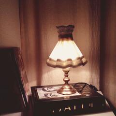 アンティーク/寝室 いただきものの洋書にテーブルランプ載せた…