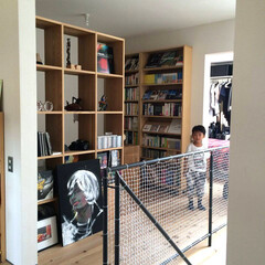 書斎/無垢材/子ども/収納/階段/かっこいい家/... . ~スケルトンの収納棚を活用して  書…