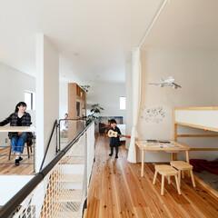 フリースペース/子供部屋/無垢材/階段/観葉植物/PCデスク . ~同じ空間で家族みんなが  それぞれ…