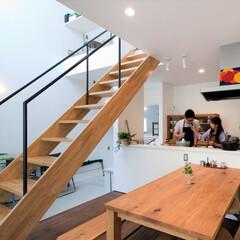 自然素材/無垢材/無垢杉の床/漆喰の壁/白い壁/W断熱の家/... . ~夫婦で料理を楽しむ  休日の心地よ…