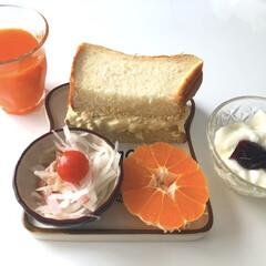 """ヨーグルト/みかん🍊/サラダ🥗/野菜ジュース/たまごサンド/みず穂の和み/... こんにちは〜*˙︶˙*)ノ""""  朝昼ごは…"""