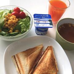 野菜ジュース/サラダ/ダノンブルーベリー/オニオンスープ/ドンキホーテ/ホットサンドメーカー/... 朝ごはん😋 かなり久々のホットサンド