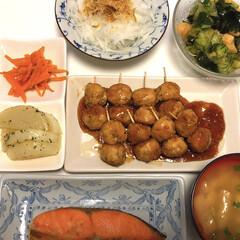 残り物ミニセット/きゅうりとわかめとお麩の酢の物/新玉ねぎスライス/豆腐と油揚げの味噌汁/つくね串/鮭の塩焼き/... 鮭の塩焼き😋 つくね串 豆腐と油揚げの味…