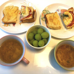 スープ/シャインマスカット/はちみつバタートースト/ピザトースト/手作りパン🍞/パン/... 朝はバタバタ朝ごはん😋 手作りパン🍞で …