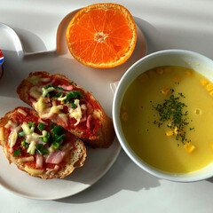 朝食/コーンスープ/いちごヨーグルト/みかん/バケット/ピザトースト/... おはようございます😃 今日は、休日で早起…