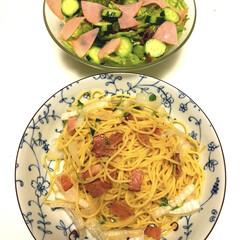 ベーコンと新玉ねぎのペペロンチーノ🌶🧄/ハムきゅうりサラダ🥗/リミとも部/簡単/時短レシピ/スタミナご飯/... こんばんは😊  今日の夕ご飯 簡単😄  …