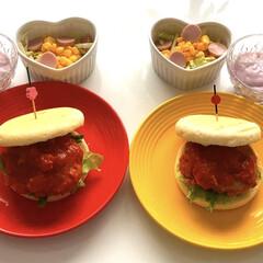 サラダ/ヨーグルト/イングリッシュバーガー🍔/おうちごはん/ランチ/暮らし/... こんにちは(*^▽^)ノ  お昼は手作り…