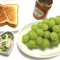大根とハムと枝豆のサラダ/トースト/シャインマスカット/ごろっごろっりんごジャム/成城石井/暮らし/... おはようございます😃 今日は、トーストに…