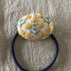 オリジナル/ミモザ/ヘアアクセサリー/手作り/ヘアゴム/刺繍/... ミモザの刺繍キットの余った糸で娘のヘアゴ…