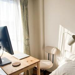 パイン材テーブル・折りたたみ式 幅80×奥行50×高さ70cm 02460792 | 無印良品(その他テーブル)を使ったクチコミ「ベッドと窓の合間の隙間にすっぽり収まる無…」