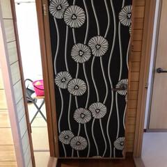 壁紙屋本舗/アクセント/インテリア/DIY/住まい 穴だらけのドアに壁紙を貼っておしゃんにす…