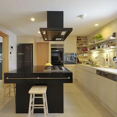 子育て期/ファミリー/豪邸/黒/白/上質/... 黒と白木のコントラストをきかせたキッチン…