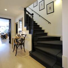 子育て期/ファミリー/豪邸/黒/上質/ヨーロピアン 階段は既存の茶の階段を黒く塗装して中央部…