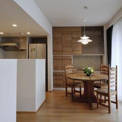 テーブル/チェア コンパクトなキッチンの収納を補うダイニン…