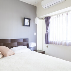 寝室/リネン/カーテン グレーの壁とパープルの入ったカーテンの組…