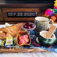 ぶどう/フォロー大歓迎/パン/フルグラ糖質オフ/クックドソーセージ/Q.B.Bベビーチーズ/...        9/22(火) 朝食  お…