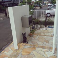 裏庭/石英石張り/化粧砂利/ソヨゴ/天使置物/アンティーク風花台/... こちらは我が家の裏庭です。  見える部分…