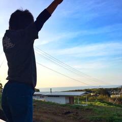 イマソラ/眺め/海/住まい/建築 朝起きて、海を眺めながら背伸びをする長男…