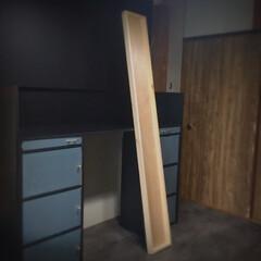 看板作成/デスク周り/カラーボックスリメイク/カラーボックス/改良中/作成中/... 角材とベニヤ板で 長ーーーいのを作った🙌…
