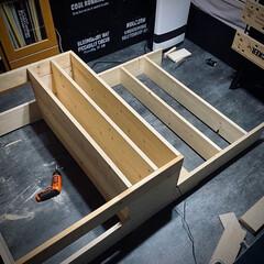 収納アイデア/1×6材/1×4材/コーナン/収納棚DIY/収納棚/... まだ続く棚作成🛠 やっとここまでできた。…