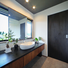 LIXIL/リクシル/大きな窓/洗面室/洗面/洗面所/... ♪洗面化粧室の施工事例♪⠀ 正面の窓枠に…