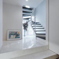 室内タイル/床タイル/LIXIL/リクシル/階段/階段リフォーム/... ♪階段の施工事例♪⠀ 玄関から2階へと誘…
