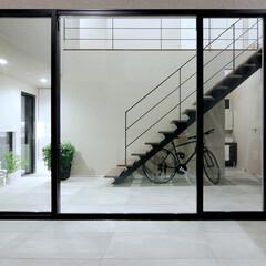 LIXIL/リクシル/大きな窓/LIXILの窓/窓/室内窓/... ♪窓の施工事例♪⠀ ホールと中庭のタイル…