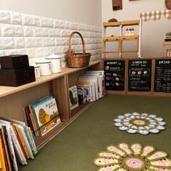 黒板/100均リメイク/カフェ風/おままごと/おままごとキッチン/ハンドメイド/... キッズルームの絵本棚はたんすの引き出しを…