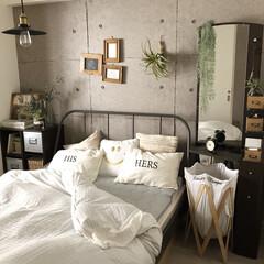 ベッドルーム/IKEA/アクセントクロス/フェイクグリーン/DIY/雑貨/... 最近のベッドルームです。スマイルのクッシ…