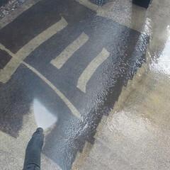 高圧洗浄中 駐車場のコケを、高圧洗浄中。  今は、高…