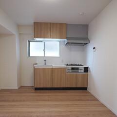 キッチン/腰高窓 角部屋で腰高窓があるキッチン空間。