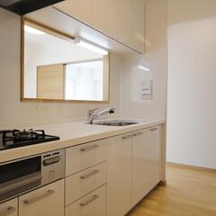 キッチン/セミオープンキッチン 白で統一されたキッチンは、便利な吊り戸棚…