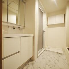 洗面室/大理石調/フロアタイル/内装リフォーム 白で統一した洗面室にも大理石調フロアタイ…