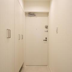 玄関/下足入れ/玄関収納/白い玄関 下足入れと収納棚の並ぶ玄関は白で統一。